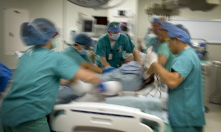 Realizan noveno reimplante bilateral de manos en Hospital General de México